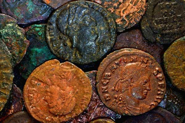 Perito tasador de antigüedades monedas o arte antiguo